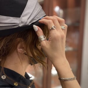 Arrow Feather Ring Silver 着用写真